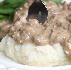 Schoolhouse Hamburger Gravy – 12 Tomatoes A childhood classic is back and it's as good as ever! Hamburger Sauce, Hamburger Dishes, Hamburger Recipes, Beef Dishes, Ground Beef Recipes, Food Dishes, Main Dishes, Best Hamburger Gravy Recipe, Kfc Gravy Recipe