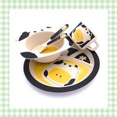 Vrolijk kinderservies met koe! Leuk als kraamcadeau. Milieuvriendelijk, gemaakt van bamboe! http://dekinderkookshop.nl/koken-met-kinderen-product/eetset-koe/