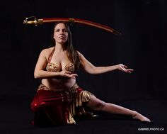 Photo danseuse orientale. Séance photo baladi 2014. Mélanie Baladi photographie avec sabre. Bellydancer picture. Belly dance image 2014. Mélanie Baladi picture with sword.