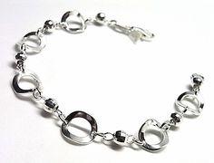 Pulsera de plata de primera ley lisa con círculos calados y bolitas. REF.:10242070150. PRECIO: 36,30 €