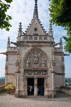 Château d'Amboise ~ Indre-et-Loire ~ Loire Valley ~ France ~ Chapel Saint-Hubert at the château. ~ Tomb of Leonardo da Vinci is inside the Chapel. Cemetery Headstones, Old Cemeteries, Cemetery Art, Graveyards, Michelangelo, Belle France, Templer, Famous Graves, Cathedral Church
