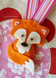 Felt fox I bet I can trace him in Photoshop for that fox shirt! Fox Crafts, Animal Crafts, Crafts To Do, Hobbies And Crafts, Arts And Crafts, Fabric Crafts, Sewing Crafts, Sewing Projects, Felt Fox