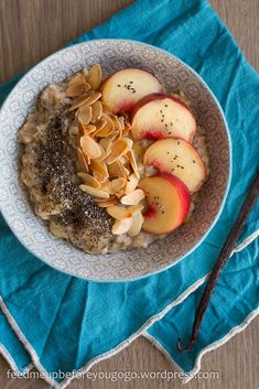 Vegan peach almond porridge with chia and vanilla // Feed me up before you go-go Fiber Pasta, Whole Grain Cereals, Slim Diet, The Breakfast Club, Food Items, Fruits And Veggies, Meal Prep, Food Porn, Brunch