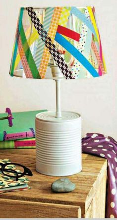 lámpara realizada con una lata y la pantalla con cintas estampadas.