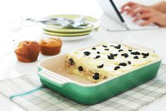 Receta de Pastel de puré de patata con atún y aceitunas negras. Una mezcla entre ensaladilla y plato caliente, apto para toda la familia.