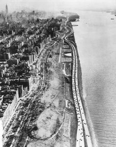 Robert Moses removed a lot of shantytowns and old piers to build the West Side Improvement, Henry Hudson Parkway. New York Old Pictures, Old Photos, Style Pictures, New York City Buildings, New York Architecture, Historical Architecture, Cities, New Amsterdam, New York Photos