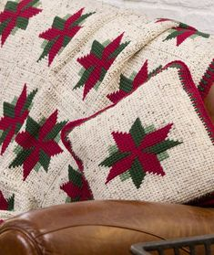 Christmas Star Throw and Pillow This crochet pattern is available for free. Full post: Christmas Star Throw and Pillow Crochet Afghans, Crochet Motifs, Crochet Quilt, Crochet Pillow, Free Crochet, Knit Crochet, Tunisian Crochet, Crochet Blankets, Crochet Mittens