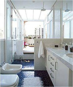O que gostei nesse banheiro foi a disposição dos itens: primeiro o chuveiro e depois a banheira, com luz natural vindo de todos os lados!