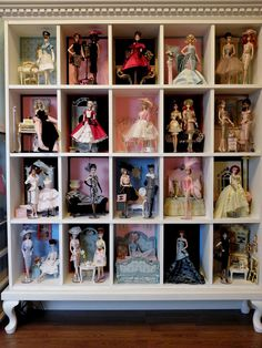 Interested in all things Barbie? Visit the official Barbie Signature Forums and participate in unique conversations you won Barbie Diorama, Barbie Furniture, Poupées Barbie Collector, Barbie Room, Doll Display, Display Case, Display Ideas, Vintage Barbie Dolls, Displaying Collections