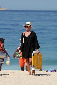 Bruna Marquezine e mais famosas usam vestido e até jardineira como saída de praia. Veja 25 looks