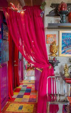 今回は、フランス出身のアーティスト兼女優の、Karen Racicotさんの、カラフルでエキゾチックなお部屋にスポットを当ててみたいと思います。 旅人や宝石デザイナー、ペインターを連想させるような、異国情緒あふれるお部 …