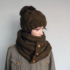 Handgemachte Bommel-Mütze und Schal für Frauen von WoolyThinker