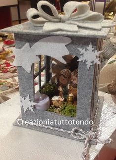 The Christmas countdown is just launched! Bring the magic of Christmas to your home! Because it is not always easy to imagine a Christmas decoration and holiday table consistent and really like you, deco. Halloween Lanterns, Christmas Lanterns, Felt Christmas, Christmas Photos, Winter Christmas, Lantern Crafts, Paper Star Lanterns, Rustic Lanterns, Lanterns Decor