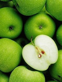 a tip-bearing apple cultivar, which originated in Australia in 1868 It's a Granny Smith Fruit And Veg, Fruits And Vegetables, Fresh Fruit, Green Life, Go Green, Green Colors, Fruit Rose, Fruit Photography, Granny Smith