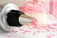 Looking for cupcake recipes? There is no mystery to cupcake baking & cupcake recipes. Use basic cupcake recipes first. Later, get more creative with cupcake recipes Fudge Frosting, Frosting Recipes, Cupcake Recipes, Strawberry Cheesecake Cupcakes, Cream Cheese Glaze, Ice Cake, Duncan Hines, Cake Decorating Tutorials, Decorating Cakes