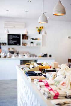 Studio Bomba, un concept store créatif ! Retail Interior, Cafe Interior, Interior And Exterior, Interior Office, Interior Ideas, Cafe Restaurant, Restaurant Design, Design Minimalista, Beautiful Interior Design