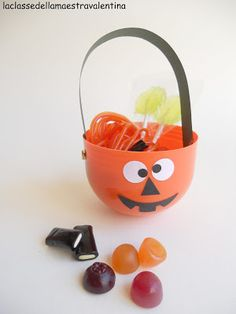 Quest'anno ad Halloween i miei piccini terranno in mano questi piccoli secchiellini (realizzati con l'involucro delle uova di Pasqua) p...