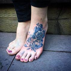 Este andar por entre flores.   22 tatuagens florais que são extremamente delicadas