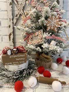 Gingerbread Christmas Decor, Gold Christmas Decorations, Christmas Tree Themes, Christmas Projects, Christmas Holidays, Christmas Wreaths, Flocked Christmas Trees Decorated, Gingerbread Crafts, December Holidays