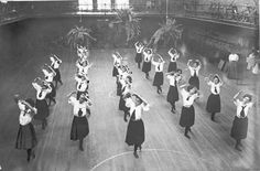 Women's gym class at Buell Hall, 1901 Antique Photos, Vintage Photographs, Vintage Images, Old Photos, Gym Classes, Gibson Girl, Vintage School, American Sports, Historical Images