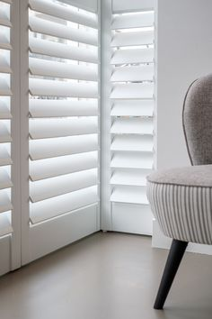 Met shutters creëer je in deze erker een gezellige zitplek waar je voldoende privacy hebt. Wil je meer daglicht in huis? Dan zet je de lamellen iets verder open. Foto: Den Ouden Wonen Shutters, Ramen, Blinds, Dining Room, Windows, Curtains, Home Decor, Shades, Decoration Home