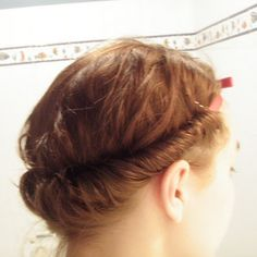BEST way to curl your hair--overnight, without heat, takes about 5 minutes and you end up with lovely curls in the morning! All you need is an elastic hairband :) I loved the sock bun method until I came across this.