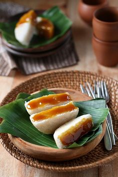 Kue Rangi - Coconut Cake with Brown Sugar Sauce Indonesian Desserts, Indonesian Cuisine, Asian Desserts, Indonesian Recipes, A Food, Food And Drink, Malay Food, Traditional Cakes, Food Photography Tips