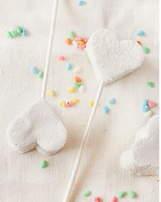 Marshmallow Pop Wedding Favours. Read More - http://onefabday.com/marshmallow-wedding-ideas/