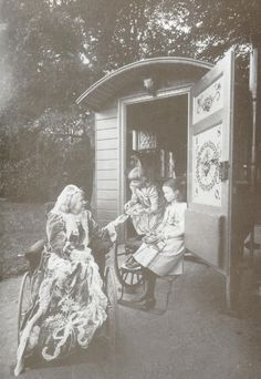 Queen Elisabeth of Roumania with her nieces princess Elisabeth and princess Louise zu Wied Romanian Royal Family, Elisabeth I, Princess Louise, Royal Weddings, Eastern Europe, Vintage Photography, Family Portraits, Mount Rushmore, Royalty