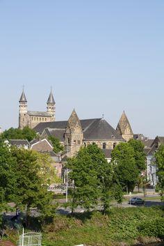 OL Vrouwe basiliek Maastricht, Zuid-Limburg, gezien vanaf de voetgangersbrug over de Maas