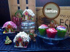 Mesa galletas de Navidad: cupcakes de arándanos y de red Velvet, casitas galletas mantequilla con nubes..., gingers de mantequilla...hecho por Sontartas