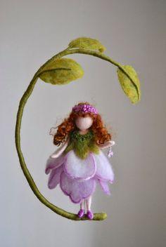 Púrpura flor hada vivero móvil Waldorf inspirado por MagicWool