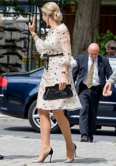 Queen Maxima visited Hubrecht Institute in Utrecht Princess Stephanie, Princess Estelle, Crown Princess Victoria, Anna Wintour, Style Royal, Queen Outfit, Queen Maxima, Chic Dress, Royal Fashion