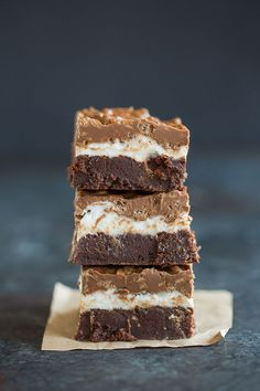 Marshmallow Crunch Brownie Bars Marshmallow Crunch Brownie Bars – A stack of brownies with a layer of marshmallows and crisp chocolate and peanut butter topping. Marshmallow Brownies, Fudgy Brownies, Chocolate Brownies, Cheesecake Brownies, Chocolate Ganache, Crack Brownies, Marshmallow Crafts, Chocolate Crack, Buckeye Brownies