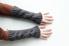 Make a pair of Outlander Claire's cable knit wrist warmers with this free knitting pattern inspired by the Outlander series. Outlander Knitting Patterns, Free Knitting Patterns For Women, Beginner Knitting Patterns, Vintage Crochet Patterns, Knitting Tutorials, Hat Patterns, Stitch Patterns, Knitting Hats, Vogue Knitting