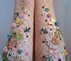 Lirika Matoshi incrementa meias-calças com diversos enfeites diferentes para conseguir visuais dignos de uma história fantástica.