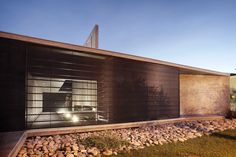 Project Memory of Codina House by A4estudio: The house is situated on a flat land of 1500 square meters in a residential area within the city of Mendoza, Argentina.