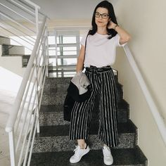 Nayara Menezes : Look Pantacourt Listrada e Tenis Branco Everyday Casual Outfits, Classy Outfits, Summer Outfits, Cute Outfits, Looks Style, Casual Looks, Business Outfits Women, Vestido Casual, College Outfits