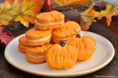Pumpkin macarons with full tutorial from author of Macaron cookbook. Recipe, tips, tricks, tutorial, and printable template for your pumpkin macarons Macarons, Macaron Cookies, Recipe Using Pumpkin, Pumpkin Recipes, Food Design, Baking Recipes, Cookie Recipes, Baking Ideas, Macaron Template