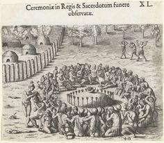 Theodor de Bry | Begrafenisritueel voor een koning, Theodor de Bry, Johann Theodor de Bry, , 1591 | Het graf van de koning is met pijlen afgezet, op een heuvel ligt een schelp. Om de heuvel zitten de mannen, vrouwen en kinderen uit de stam te rouwen. De grafheuvel ligt buiten de omheining van het dorp. In het dorp zijn een aantal hutten in brand gestoken.