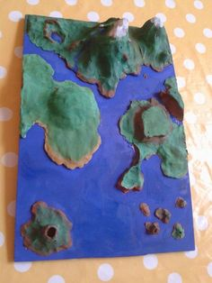 Nous avons créé une carte en relief en argile pour apprendre les différentes formes de reliefs: montagne jeune, montagne vieille, volcan, c...