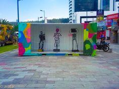 """Lectura Peatonal 2013-2014. Instalación, letras sobre el piso en acrílico, acompañadas de esculturas hechas a partir de reciclaje. Parte de la exhibicion """"Piedaleando"""" Bulevard NNUU Quito."""