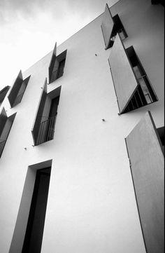 """L'edificio risalente alla prima metà del '900 rappresenta un esempio tipico di edilizia residenziale popolare, ponendosi in linea con i connotati di """"tipo"""" e """"tipologia"""" del periodo. Situato nell'area nord-ovest di Pistoia si sviluppa su tre livelli co..."""