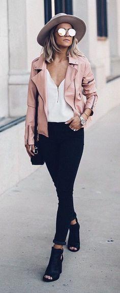 Mode printemps rose Veste en cuir et Chemisier blanc et noir Skinny Jeans et noir à bout ouvert bottillons