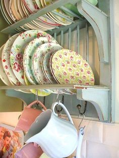 8 Agreeable Tips: Shabby Chic Frames Cottage Style shabby chic living room curtains.Shabby Chic Home Chandeliers shabby chic design kitchen cabinets. Cocina Shabby Chic, Shabby Chic Kitchen, Country Kitchen, Vintage Kitchen, Vintage Dishes, Vintage China, Vintage Pyrex, Cozy Cottage, Cottage Style