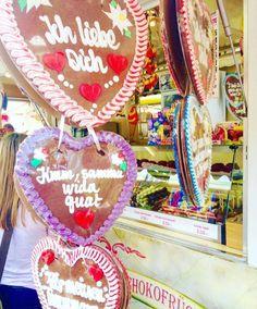 """Pra quem vc daria um destes """"Lebkuchenherz""""  Corações de Lebkuchenherz.  Lebkuchenherz é um doce em formato de coração.  Uma especialidade muito apreciada nas feiras tradicionais na Alemanha. A massa deste doce é bastante dura pois normalmente os corações não são consumidos mas sim comprados como lembrança. As bordas dos corações são enfeitadas com glacê de açúcar e com este mesmo glacê escrevem-se mensagens no centro do tipo Eu te amo ou Ao meu grande amor. by umcasalnaalemanha"""