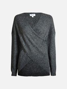 En myk strikket genser. Genseren er v-ringet med fast omslag foran. B A L A N C E.   Melert mørk grå