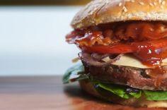 ¿Sabías que una hamburguesa contiene casi la mitad de la energía que requieres en un día y más de la mitad del sodio permitido? #Nutricion #Salud