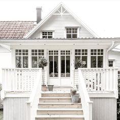 ★ ★ architettura white beach houses, house och home White Beach Houses, Dream Beach Houses, Exterior Design, Interior And Exterior, Gray Interior, Exterior Paint, Coastal Cottage, White Cottage, Coastal Farmhouse