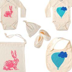 Colección de recién nacido 100% ECO en talla única 0-3 meses, diseñada para los mas peques, en jersey de algodón 100% orgánico, certificado Gots. En la colección podrás encontrar body manga corta, body kimono manga larga, gorrito, legging, bolsita de pañales, babero y babuchas.